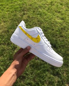 Winnie the Pooh custom for 🐻🍯🐝 Tenis Air Force, Nike Shoes Air Force, Vintage Jeep, Custom Painted Shoes, Custom Shoes, Lightning Mcqueen, Disney Cars, Jeep Wrangler, Winnie The Pooh