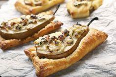 Peren in bladerdeeg met blauwe kaas, honing en walnoten - Culy.nl