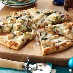 Rich Chicken Alfredo Pizza - - Had a full day of sledding, shopping or decorating? Settle in for a family-pleasing meal of homemade pizza. With a prebaked crust and simple Alfredo sauce, it's easy and delicious. Pollo Alfredo, Chicken Alfredo Pizza, Fettucine Alfredo, Alfredo Sauce, Alfredo Noodles, Chicken Penne, Alfredo Recipe, Pizza Recipes, Sauce Recipes