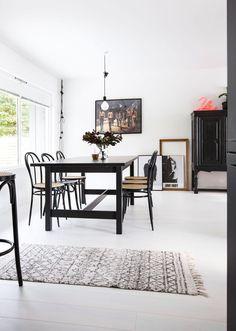 Malin pakker hjemmet sitt inn i kelim Wine Buffet, Kitchen Dining, Dining Table, Dining Rooms, Modern Kitchen Design, Interior Inspiration, Mid-century Modern, Ikea, Sweet Home
