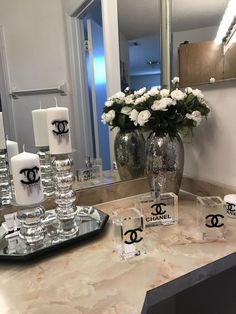 Chanel decor - Home Accessories Idea Bathroom Decor Sets, Bathroom Accessories Sets, Home Accessories, Bathroom Ideas, Bathroom Interior, Decoration Table, Vases Decor, Chanel Inspired Room, Chanel Decoration
