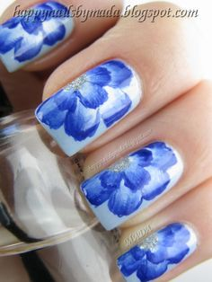 I was at a meeting with friends and wanted to do something extra: D So I've seen the videos on you tube on how to manicure done by one stroke. To perform these small flowers I used Essence Sure Azure as a base. Farbkami acrylic painted flowers. Measures performed the paint China Glaze Icicle , and China Glaze, High Def . I really like the effect. And you?