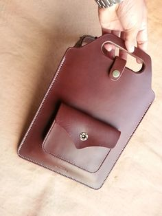 Leather case for the iPad. Leather Tooling, Leather Purses, Leather Handbags, Leather Bags Handmade, Leather Craft, Leather Backpack, Leather Wallet, Leather Briefcase, Leather Projects