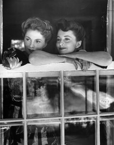 Joan Fontaine and Olivia De Havilland, 1942