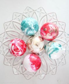 Gorgeous Marbled Ornaments: The secret to these incredible marbled ornaments - nail polish! tutorial here >>http://tinyurl.com/pyrd4yu