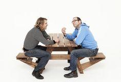 Os designers Jair Straschnow e Wouter Nieuwendijk apresentam 'Another Picnic' uma variação da tradicional mesa de piquenique