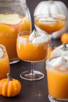 PUMPKIN PIE PUNCH is the ultimate Thanksgiving or Halloween Punch! With apple cider, real pumpkin, and cream soda, you'll never believe how tasty this fun Pumpkin Cocktail is. Such a unique and fun holiday drink Halloween Cocktails, Thanksgiving Cocktails, Halloween Party, Halloween Drinks Kids, Halloween Entertaining, Halloween Celebration, Thanksgiving Ideas, Costume Halloween, Thanksgiving Decorations