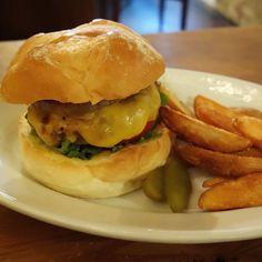 相方はハワイアンパインにチーズトッピング(-)/ #meallog #food #foodporn #burger #burger_jp #ハンバーガー #