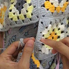 Crochet - how to join motifs with crochet Crochet Afgans, Crochet Granny, Crochet Motif, Crochet Yarn, Easy Crochet, Crochet Bear Patterns, Dishcloth Knitting Patterns, Baby Girl Crochet Blanket, Manta Crochet