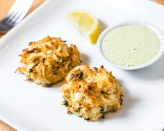 Broiled Maryland Crabcakes with Creamy Herb Sauce New Year's Eve Appetizers, Appetizer Recipes, Dinner Recipes, Best Yorkshire Pudding Recipes, Seafood Recipes, Cooking Recipes, Oven Recipes, Cooking Tips, How To Cook Polenta