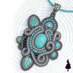 Accesorios Soutache Soutache Pendant, Soutache Necklace, Tutorial Soutache, Fabric Jewelry, Beaded Jewelry, Handmade Necklaces, Handmade Jewelry, Bead Loom Bracelets, Polymer Clay Charms