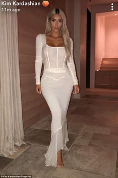 Kim Kardashian Skirt Crop Top Style Trend 2019 Wearing White Formfitting Matching Maxi Skirt With See-Through White Crop Top Fashion Inspiration Crop Top Styles, Kim Kardashian Skirt, Kardashian Style, Kim Kardashian Wedding Dress, Kim K Style, Leder Outfits, Mode Top, Fashion Models, Fashion Tips