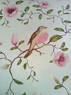 Behang, ivoor kleurige achtergrond met vogeltjes en bloemen