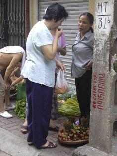 ベトナム、ハノイ(2005年) ベトナムのおばちゃん達はしっかりもの。ライチを買う時でも、味見して、値段交渉して、 細かくチェックしてからやっと。横で見ていて、学ばせてもらう。こうでなくっちゃ。