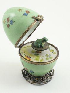 Figurines décoratives, Boite Oeuf à musique en porcelaine. grenouille. est une création orginale de stephanedunoyer sur DaWanda