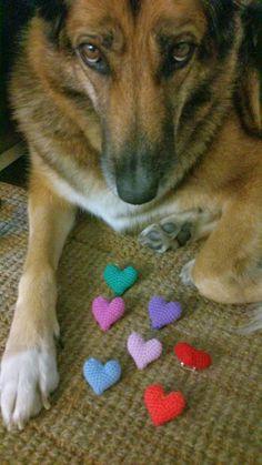 Vilma y corazoncitos de ganchillo- broches corazón ganchillo-crochet