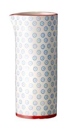 Bloomingville - Emma kande fra HjemmeLiv.dk God størrelse til vand, saft eller iste. Kanden har det fineste blå blomster mønster med rød kant. Mix og match med de andre dele i Emma stellet og lav dit helt eget personlige stel.