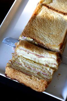 Je suis sûre que vous avez déjà croisé la recette du cake croque-monsieur, aussi appelé croc'cake, sur l'un des multiples blogs de cuisine de la blogosphère...  C'est Beau à la Louche qui m'a mis l'eau à la bouche avec le sien ;-) Aujourd'hui je vous prése
