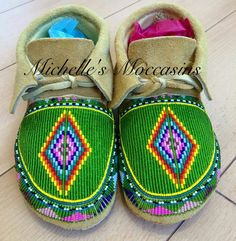 Gorgeous work Native American Moccasins, Native American Regalia, Native American Crafts, Native American Beadwork, American Art, Powwow Beadwork, Indian Beadwork, Native Beadwork, Beaded Shoes