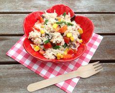 Een recept van een rijstsalade waar van alles in kunt, wat je maar in de kampwinkel kunt vinden. Prima geschikt op de camping dus.