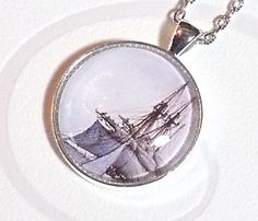 Feiner, silberfarbener Cabochon-Anhänger mit einem Detail eines Segelschiffes an einer Gliederkette..   Die Länge der Kette ist individualisierbar,...