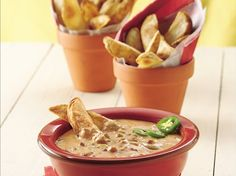Chili Cheese Dip ~ Heat Up Frozen Potato Wedges To Use As Clever Dippers For Our Creamy Meat Sauce Appetizer Dips, Appetizer Recipes, Chili Cheese Dips, Potato Wedges Baked, Good Food, Yummy Food, Finger Foods, Cheddar, Food And Drink