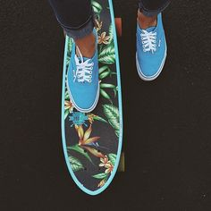 I want the board and the shoes 👟 Skateboard Pictures, Skateboard Girl, Painted Skateboard, Long Skate, Skater Girl Style, Skate Girl, Longboarding, Surfboards, Beach Babe