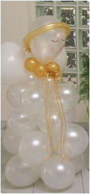 Angelitos de globos de látex como decoración para fiesta de primera comunión. #DecoracionPrimeraComunion