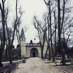 istanbul 토프카프 궁전 제국의 문....오스만투르크 시절엔 깃발이 있는 곳에 죄인의 머리를 달아놓았다고하니 참으로 무시무시하다!!!