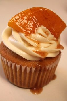 These Southern Peach Cobbler Cupcakes are a decadent dessert. The peach-infused cupcake is covered with creamy frosting and topped with sweet peaches. Southern Peach Cobbler, Pavlova, Mini Cakes, Cupcake Cakes, Rose Cupcake, Cupcake Toppers, Peach Cobbler Cupcakes, Peach Cake, Soul Food Peach Cobbler Recipe