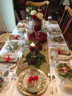 easy and cheap christmas decoration ideas for your dining room comfort 22 Christmas Dining Table, Christmas Table Centerpieces, Christmas Table Settings, Christmas Tablescapes, Christmas China, Christmas Dishes, Cheap Christmas, Christmas Home, Xmas