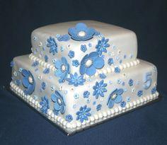 Vierkante witte taart met blauwe bloemen