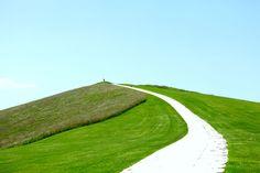 イサム・ノグチ、最大の彫刻作品。現代アートに触れられる、 〈モエレ沼公園〉|「colocal コロカル」ローカルを学ぶ・暮らす・旅する