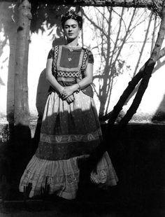 * Frida Kahlo ca 1945 photo  Leo Matiz