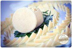 Chic italian cheese decor. Ph Youness Taouil http://www.brideinitaly.com/2013/12/alchimie-gotico.html #italy #wedding