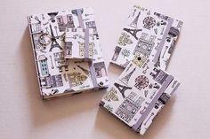 Tudo Paris, mon amour! 🗼  Temos Caderninho, Bloquinho, Chaveiro de Post it e Porta-Documentos com a mesma estampa. Não é um amor? 💜  http://www.elo7.com.br/bellamiaatelie  #papelaria #cadernos #cadernosartesanais #feitoàmão #encadernaçãomanualartística #belgasecreta #chaveirodepostit #blocodenotas #acessórios #portadocumentos #cartonagem #produtosartesanais #produtosforadesérie #elo7