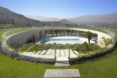 House in Vitacura, Santiago, Chile by Izquierdo Lehmann. (Phototgraphy: Roland Halbe)