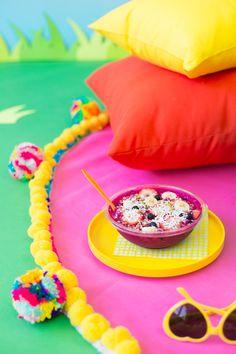 This DIY pom pom picnic blanket is a summer necessity. Orange Carpet, Pink Carpet, Green Carpet, White Carpet, Guangzhou, Carpet Tiles, Rugs On Carpet, Sisal Carpet, Stair Carpet
