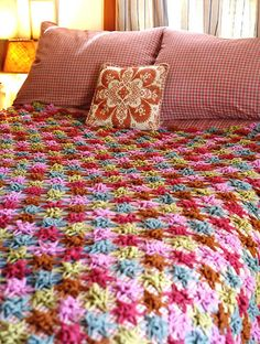 Make a crochet afghan for your bed with the help of these crochet blanket patterns. If you've ever wanted to make your own crochet quilt or thick crochet blanket for the winter, these blanket patterns are perfect. Crochet Home, Love Crochet, Crochet Crafts, Crochet Yarn, Crochet Flowers, Crochet Projects, Beautiful Crochet, Crochet Quilt, Diy Crafts