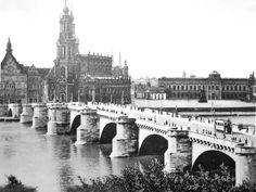 Dresden um 1930 - Jeder der Dresden liebt vermisst die Sophienkirche , die hier hinter der Hofkirche zart zu sehen ist . Sie erhielt starke Treffer und wurde nach dem Krieg nur abgerissen . Die Wache ist heute auch nicht mehr zu sehen ( rechts der kleine Bau neben der Hofkirche , Wache König's des Starken , Schlosswache )