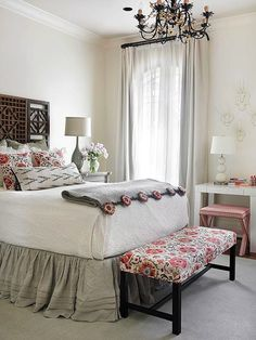 The contrast of white textiles for the bedroom