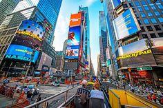 Gerade wer sich als Reiseziel eine Metropole ausgesucht hat, in der er vorher noch nie war, läuft Gefahr, vor Ort schnell überfordert zu sein. Und damit sind nicht nur die oft unzähligen Attraktionen gemeint, sondern auch die Gepflogenheiten im Alltag, die Höhe des Trinkgelds, technische Standards, Preise vor Ort usw. TRAVELBOOK verrät nützliches Wissen für New-York-Anfänger.