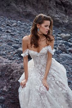 Wedding Gown Galia Lahav proves that their 2018 collection contains the prettiest wedding dresses you've ever seen. - Galia Lahav proves that their 2018 collection contains the prettiest wedding dresses you've ever seen. Pretty Wedding Dresses, Bridal Dresses, Wedding Gowns, Prom Dresses, Prettiest Wedding Dress, Wedding Venues, Diamond Wedding Dress, Inexpensive Wedding Dresses, Amazing Wedding Dress