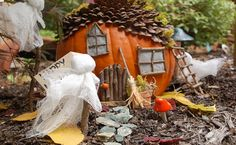 Make a haunted fairy house - DIY Halloween Crafts for Kids Diy Halloween Gifts, Halloween Crafts For Kids, Halloween Pictures, Easy Halloween, Fall Crafts, Halloween Pumpkins, Holiday Crafts, Halloween Decorations, Handmade Decorations
