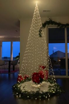 Book Christmas Tree, Creative Christmas Trees, Modern Christmas, Christmas Tree Decorations, Christmas Lights, Christmas Crafts, Holiday Decor, Scandinavian Christmas, Christmas Manger