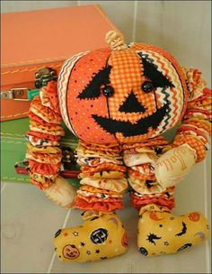 Fun fabrics to make this character Pumkin! Halloween Quilts, Halloween Food Crafts, Halloween Items, Vintage Halloween, Halloween Pumpkins, Fall Crafts, Halloween Fun, Scrap Fabric Projects, Small Sewing Projects