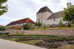 Zamek Neugebäude  wybudowany za cesarza Maksymiliana II. Zamek znajduje się w 11 wiedeńskiej dzielnicy Simmering. Według legendy został zbudowany na miejscu gdzie podczas pierwszego tureckiego oblężenia Wiednia w 1529 roku stał namiot sułtana Sulejmana. Najbliższa proponowana lokalizacja to strefa dla psów. :/ Ale tak najłatwiej trafić. :) #österreich #austria #Vienna #Wien #wiedeń #igersaustria #igersvienna #igerswien #visitvienna #visitaustria #ilovewien #welovevienna #viennaphotowalk… Austria, Mansions, House Styles, Home, Decor, Decoration, Manor Houses, Villas, Ad Home