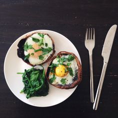 Baked eggs in mushrooms with parsley and steamed spinach #paleo #paleofriendly pic.twitter.com/8gxvMiMFKx