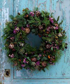 Lær at binde en overdådig dørkrans af de smukkeste materialer. Kransen er kreeret med rosa glimt og pynter fint på døren helt ind i det nye år!