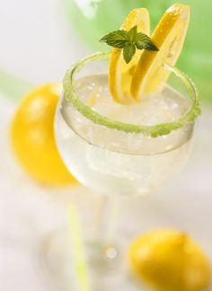 Zitronen-Minzlimonade – so herrlich erfrischend!  http://eatsmarter.de/rezepte/zitronen-minzlimonade